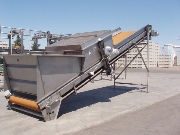 The VWM Feeder Belt Conveyor controls the speed and capacity of product flow for the raisin line with its adjustable metering wheel which also breaks up any large raisin clumps.