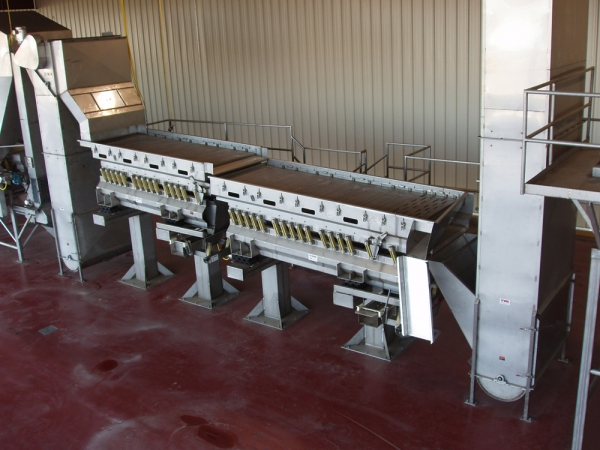 The VWM Vi-Pro® Vibratory Size Grader efficiently sorts raisins through various sized screens of your selection. The sorted raisins are discharged into individual bins.